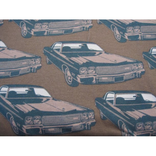 Isoli, biler på støvet brun bund